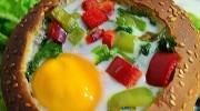 Ekmek Yatağında Sebzeli Yumurta